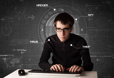 Hacker in der futuristischen Umwelt, die persönliches informati zerhackt Stockfotografie