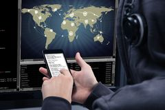 Hacker, der Handy für den Diebstahl von Daten vom Computer verwendet stockbild