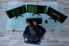 Hacker, der Informationen von den mehrfachen Computern stiehlt Lizenzfreie Stockbilder