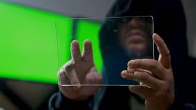 Hacker, der klare Tablette mit HUD-Platte und bitcoin Codediagramm verwendet stock video