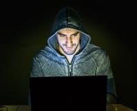 Hacker, der online zu den Betrugsleuten versucht Stockfoto