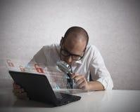 Hacker, der Software analysiert Stockbild