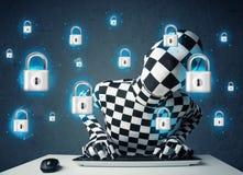 Hacker in der Verkleidung mit virtuellen Verschlusssymbolen und -ikonen Lizenzfreie Stockfotos