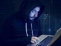 Hacker, der versucht, den Laptop zu zerhacken stockfotografie