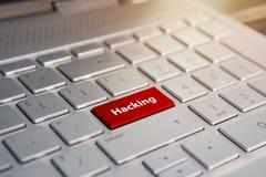 Hacker do russo que corta o servidor Colora o botão no teclado de prata cinzento do ultrabook moderno subtítulo no botão fotografia de stock