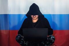 Hacker in einem dunklen Kapuzenpulli Lizenzfreies Stockbild