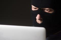Hacker in einer Maske lizenzfreie stockfotografie
