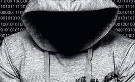 hacker Hombre en capilla con la cara en una oscuridad imagenes de archivo