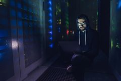 Hacker im Rechenzentrum Lizenzfreie Stockbilder