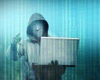Hacker im schwarzen Hoodieholdinglaptop mit seiner Hand und Zeigen auf Sie lizenzfreie abbildung