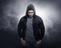 Hacker jest ubranym hoodie koszula fotografia stock