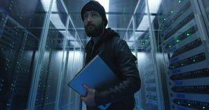 Hacker kraść przez rzędów serwery z laptopem zbiory
