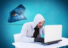Hacker mit Handschuh unter Verwendung eines Laptops vor blauem Hintergrund Stockbilder