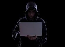 Hacker anônimo na obscuridade Imagens de Stock