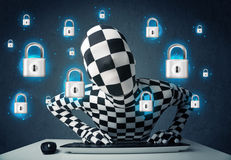 Hacker no disfarce com símbolos e ícones virtuais do fechamento Imagens de Stock Royalty Free
