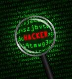 HACKER no vermelho revelado revelado na linguagem-máquina verde do computador através de uma lupa Fotos de Stock