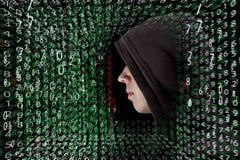 Hacker novo em senhas da exploração do trabalho e em senhas da resolução com a interface de utilizador gráfica cercada por lotes  fotografia de stock