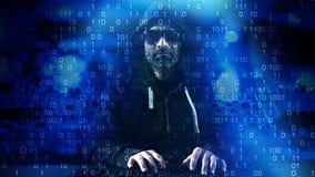 Hacker pisać na maszynie na klawiaturowym błękitnym binarnym tle Obraz Stock