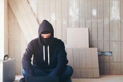 Hacker pracuje na komputerze, wojnie, terroryzmu, terroryście i b jego, obraz stock