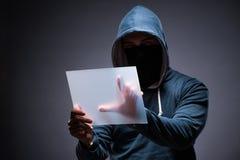 Hacker pracuje na pastylce w zmroku Obraz Stock