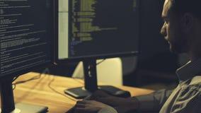 Hacker profissional sério que está sendo envolvido na codificação video estoque
