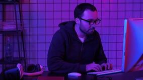 Hacker przy komputerowy siekać zbiory wideo