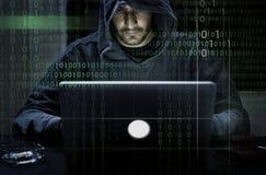 Hacker que corta uma informação do Cyberspace da codificação imagem de stock royalty free