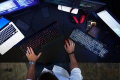 Hacker que corta uma informação do Cyberspace da codificação imagem de stock
