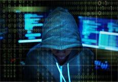Hacker que corta uma rede do Cyberspace foto de stock