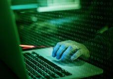 Hacker que corta uma rede do Cyberspace imagem de stock