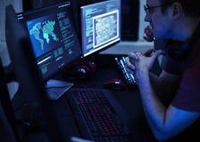 Hacker que corta uma rede do Cyberspace fotografia de stock royalty free