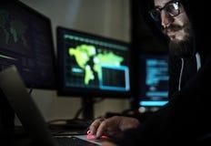 Hacker que corta uma rede do Cyberspace fotos de stock