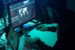 Hacker que fazem a fraude do cryptocurrency usando o software do vírus e a relação do computador Cyberattack de Blockchain, ddos  imagem de stock