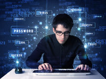 Hacker que programa no ambiente da tecnologia com ícones do cyber Imagem de Stock