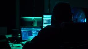 Hacker que quebram o servidor usando computadores múltiplos e o ransomware contaminado do vírus Cibercrime, tecnologia, correio p video estoque