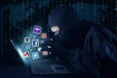 Hacker que rouba a conta social da rede Fotografia de Stock