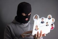 Hacker que rouba dados do Internet sobre o cinza fotografia de stock