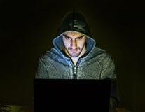 Hacker que tenta aos povos do embuste em linha fotografia de stock royalty free