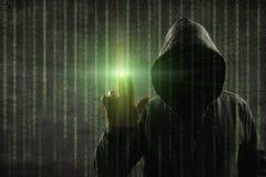 Hacker que toca sobre uma tela com código binário Fotos de Stock