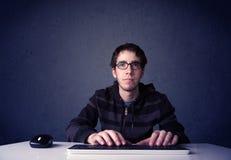 Hacker que trabalha com o teclado no fundo azul Imagem de Stock