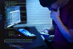 Hacker que usa o cyber do telefone celular fotos de stock royalty free