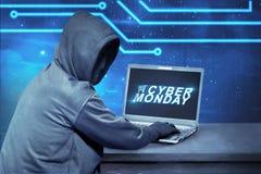 Hacker que usa o portátil com cyber segunda-feira do texto na tela imagens de stock royalty free