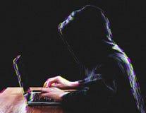 Hacker que usa o portátil para o ataque de organização em servidores incorporados imagem de stock royalty free
