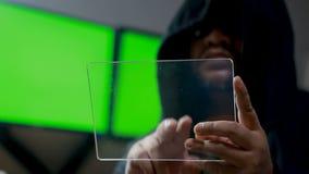 Hacker que usa a tabuleta clara com painel de HUD e gráfico do código do bitcoin video estoque