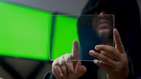 Hacker que usa a tabuleta clara com painel de HUD e gráfico do código do bitcoin vídeos de arquivo
