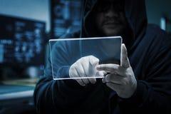 Hacker que usa a tabuleta de vidro clara vazia com obscuridade azul e grão p Fotos de Stock