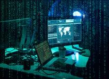 Hacker queridos que codificam o ransomware do v?rus usando port?teis e computadores Ataque do Cyber, quebra do sistema e conceito imagem de stock royalty free
