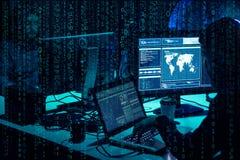 Hacker queridos que codificam o ransomware do v?rus usando port?teis e computadores Ataque do Cyber, quebra do sistema e conceito imagens de stock royalty free