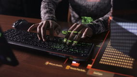 Hacker ręki pęka kod używać komputer w ciemnym pokoju zbiory