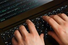 Hacker ręki przy pracą na laptopie Pierwszy osoba widok zdjęcia royalty free